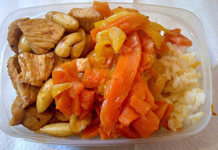 Pollo in agrodolce con mandorle tostate, peperoni e carote stufate su letto di riso basmati.