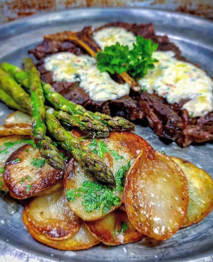 T-bone med råstekt potatis, smörstekt sparris o ett kryddsmör med 50/50 smör/färskost samt chili, vitlök, perilja 😍 #tbone #meat #kött #råstektpotatis #sparris #phiadelphia #middag #stekt #dinner #asparagus
