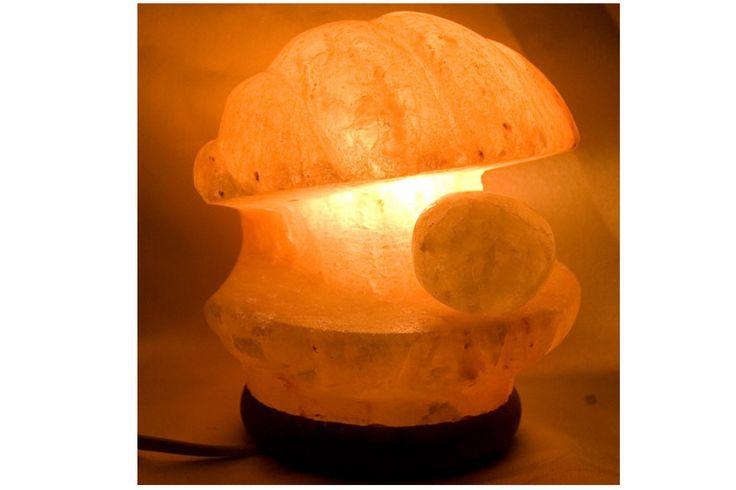 Lámpara de sal de los Himalayas: sal fósil de 250 millones de años, talladas y cada lámpara tiene una forma única, con un bello color anaranjado.    Produce iones negativos que favorecen la vitalidad, aminoran los iones positivos dañinos para la salud, producidos por la electricidad, aparatos y estructuras metálicas.    Medidas: 21 cm x 25 cm