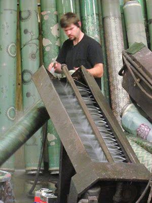 Al convertir el proceso de la serigrafía en sistema rotativo continuo (ROTARY SCREEN) , se obtiene una mayor velocidad de producción en la impresión . Las velocidades típicas son de 50-120 metros por minuto para serigrafía rotativa dependiendo de la complejidad de diseño y construcción de la tela. Las Máquinas rotativas de la pantalla son más compactas que las máquinas de pantalla plana para el mismo número de colores. Por lo tanto, utilizan menos espacio de piso en la planta de produccion.