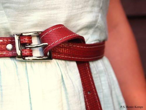 Houd je wel van een beetje actie? Dan is een rode riem gemaakt van een brandweerslang iets voor jou!