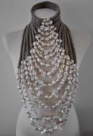 Collier-witte-barokparels-voor-show-Mart-Visser-maart-2012