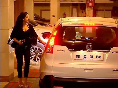 SPOTTED ! Saif Ali Khan's daughter Sara Ali Khan at Kareena Kapoor house. Click here to see full video >>> https://youtu.be/mLHiM92w540 #saifalikhan #saraalikhan #kareenakapoor #bollywood #bollywoodnews