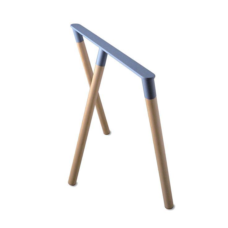 Articolo: 3760168941177Un cavalletto di design. Kross e' semplicita': tre aste piantate in una barra d'acciaio possente ma elegante, a creare una linea pulita di eccellente solidita'. La creazione di un oggetto semplice – vi diranno molti designer – e' la sfida ultima. Una tavola, una porta o un piano basteranno per trasformare Kross in una scrivania o in un tavolo. Il peso massimo sopportato da due cavalletti è di 45 kg.