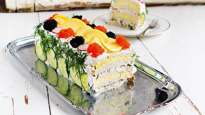 Inget räddar festen som en ståtlig smörgåstårta. Lika vacker som den är god passar den perfekt till allt från Valborg till sommarbuffén. Förbered helst smörgåstårtan dagen innan så att den får stå till sig lite.