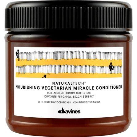 Naturaltech Nourishing Vegetarian Miracle Conditioner, un balsamo ideato per nutrire, idratare e ricostruire i capelli secchi, fragili e sofferenti. La sua formula contiene fitoteuco d'uva, ricco di polifenoli antiossidanti, oli essenziali di mandarino, petit grain e ylang ylang.Davines(25.80€)