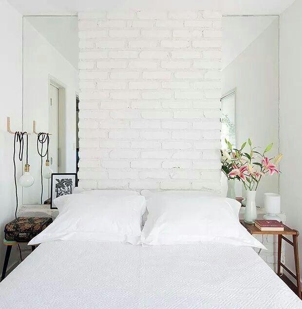 Decoração de quarto de casal em branco.
