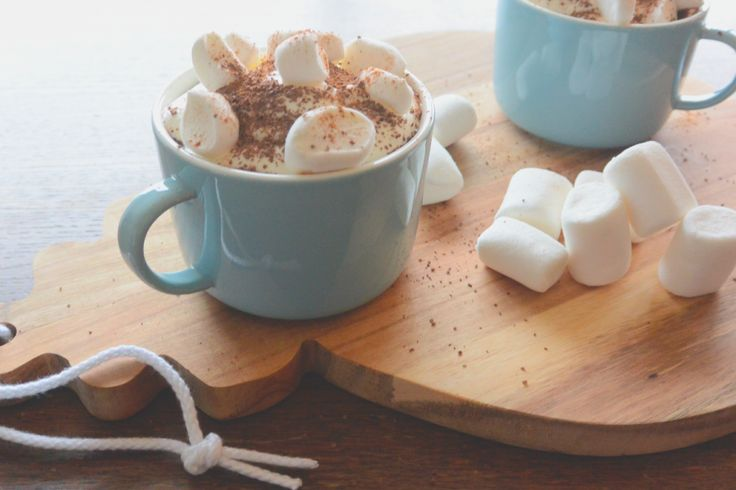 Zoet, romig en een beetje pittig. Deze Mexicaans gekruide warme chocolademelk heeft het allemaal. Benieuwd naar het recept van Kiki? Je leest het op onze blog.