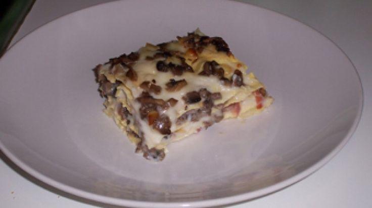 Ricetta Lasagne con funghi, speck e scamorza affumicata: Trifolare i funghi con l'olio e l'aglio, poi tritare il tutto. Tritare anche lo speck e la scamorza. Creare gli strati di lasagna alternando besciamella, parmigiano, funghi, speck, scamorza per almeno 4 strati. Cuocere a 180° per 20...