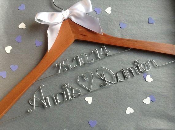 Cintre personnalisé deux lignes pour Robe de la mariée, cadeau EVJF et temoins mariage avec nom et date