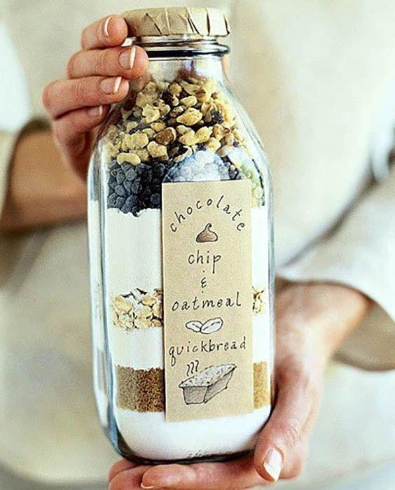 ШОКОЛАДНЫЙ КЕКС В БУТЫЛКЕ В принципе, подойдет любой рецепт вашего любимого кекса, но этот смотрится особенно выигрышно благодаря разным слоям – геркулес, шоколад, орехи. Сложите в красивую бутылку все сухие ингредиенты рецепта (орехи и кусочки шоколада сверху), хорошенько утрамбовывая каждый слой, и прикрепите карточку с рецептом. Все, что останется, – добавить жидкие ингредиенты и испечь.