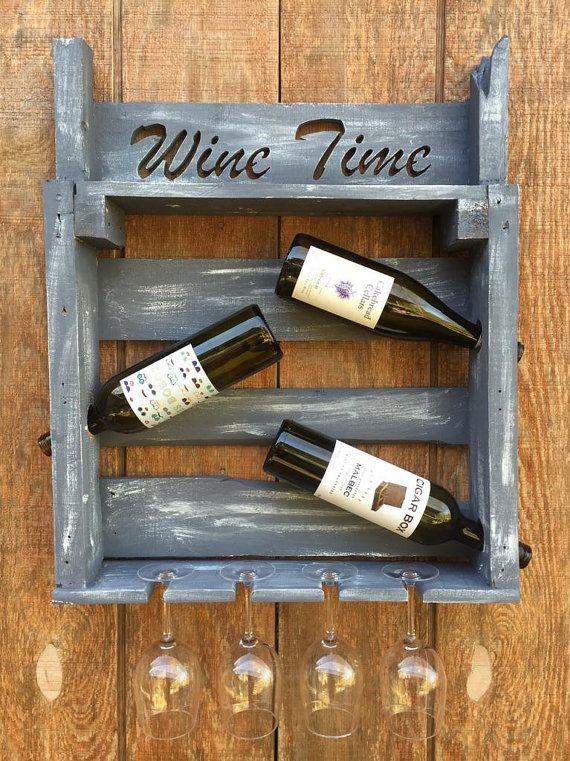 Dieses schöne Wein Zeit Wine Rack ist eine lustige und einzigartige Weise zur Anzeige von Weinflaschen und Weingläser! Sorgt für ein unvergessliches Geschenk oder Gesprächsstoff für Ihr eigenes Zuhause.  Dieser Artikel ist aus aufgearbeiteten Palettenholz und beendete mit Paris grau Kreide malen. Wir haben eine weiße Kreide malen um dem Stück einen antiqued Blick zu geben. Andere Farben sind auf Anfrage erhältlich. Weinregal Platz für 3 Flaschen Wein und 4 Weingläser.  Abmessungen: Länge…