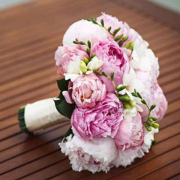 Букет невесты из розовых пионов и белых фрезий, декорированный белой атласной лентой - фото 1720533 Студия декора и флористики Торжествомания
