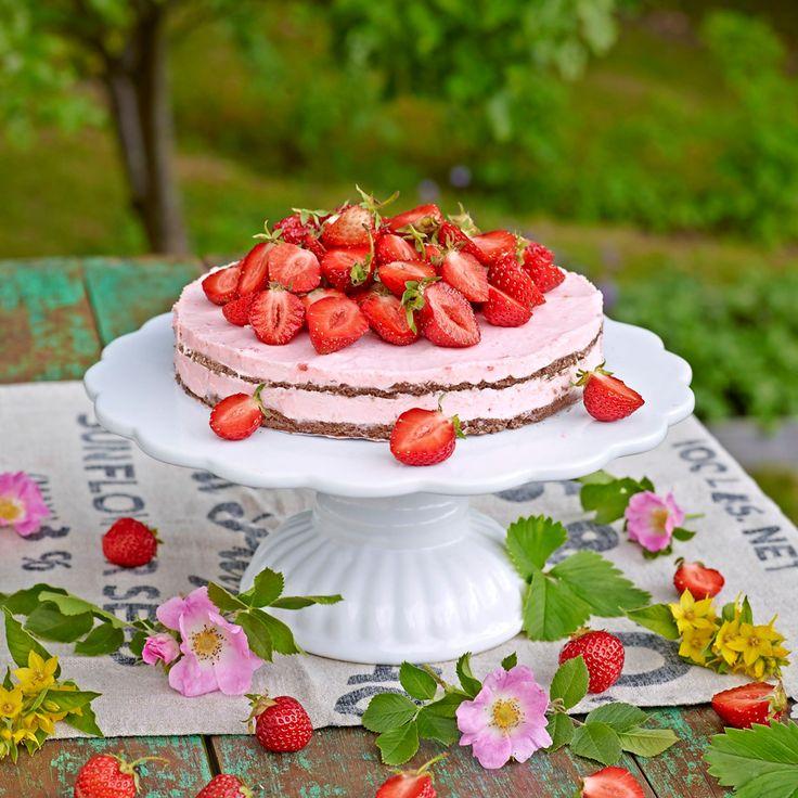 Bjud på en ljuvligt somrig moussetårta med jordgubbar och chokladbotten. Foto Thomas Carlgren