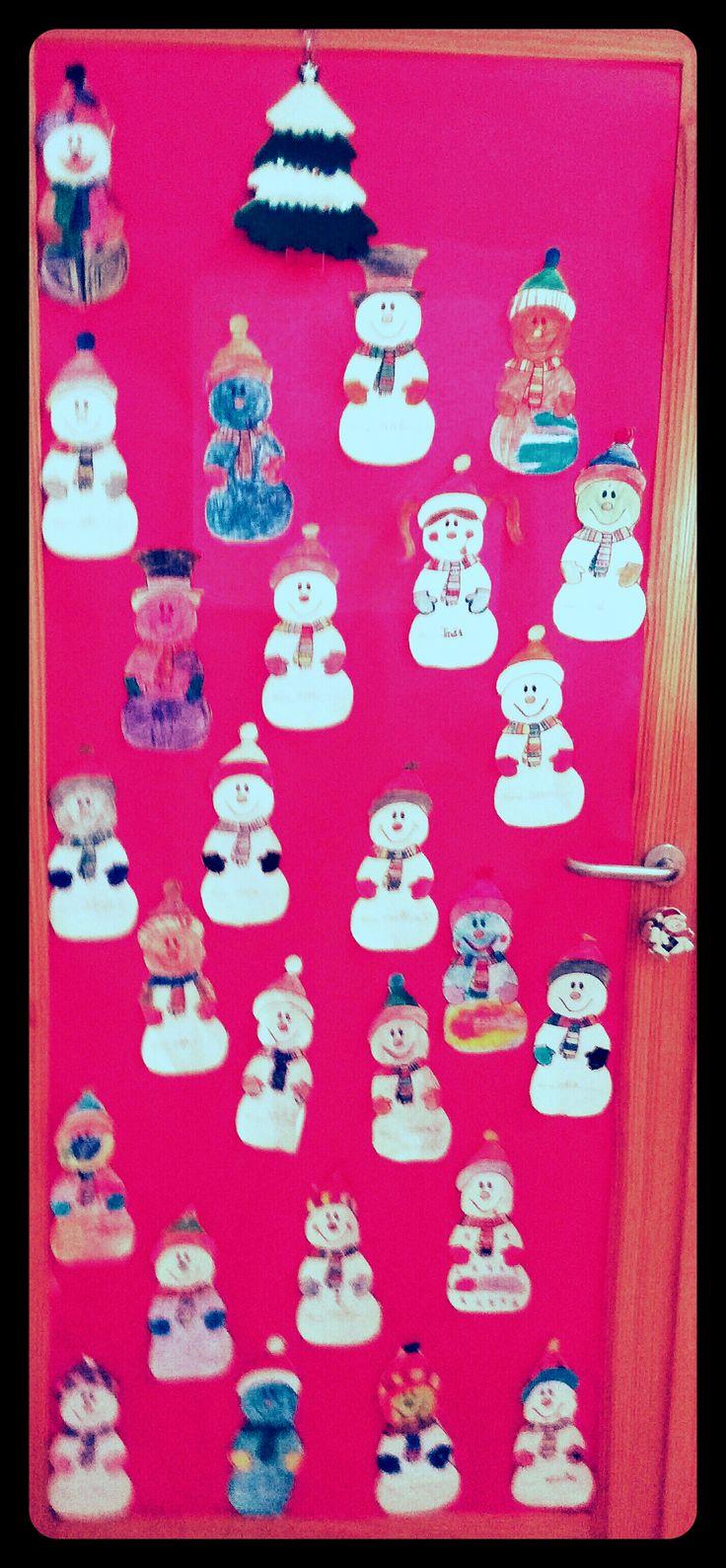 Puerta decorada con muñecos de nieve para Navidad 2015