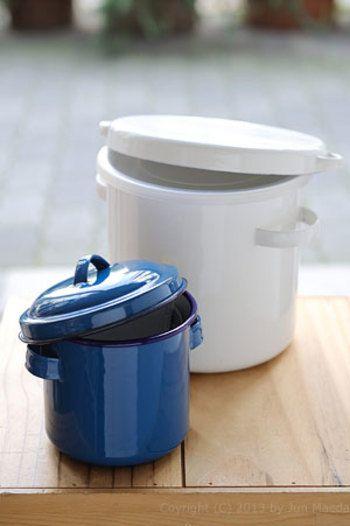 ホーロータンクは、野田琺瑯が創業時から作り続けてきた伝統ある製品。深いブルーがレトロな印象です。サイズは12cmの小さめなものから、40cmの業務用サイズまで。