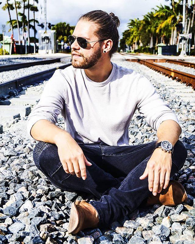 """""""La vida es el tren no la estacion.""""  @j_will_production . . . . . . . . #wednesdaywisdom#wednesday #wednesdays#miercoles#motivacion #motivation#quotes#quoteinspiration#inspirationalquotes #manbun #sun #glasses #inspiracion#musica#latina#cantante #cancion#songs#canciones#cantautor #music #train #life #live #vive #el #presente"""