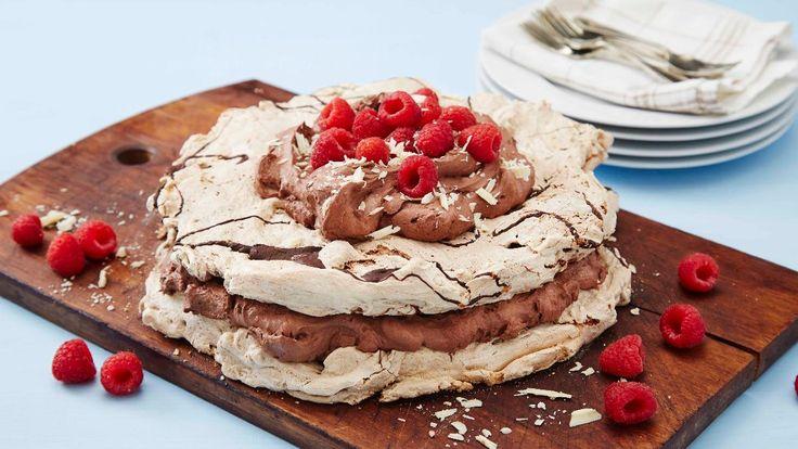 Uimotståelig pavlova med en herlig kombinasjon av sjokolade og friske bringebær. Husk at sjokoladekremen må stå kaldt i minst 2 timer.