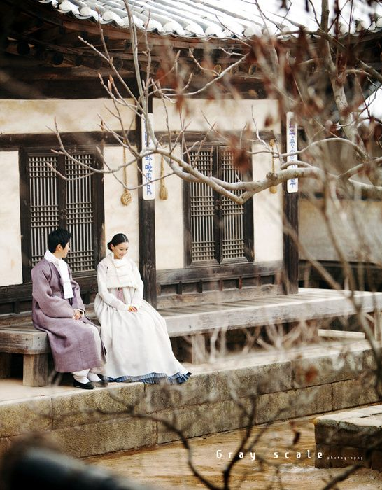 한복린 겨울 신부한복 신랑신부 겨울 한복을 입고 눈 내린 한국민속촌에서 그레이스케일과 함께 촬영하였습...