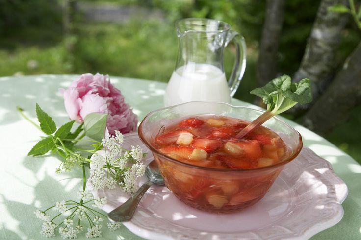 Rabarbra og jordbærkompott: Kompott servert på den tradisjonelle måten - sammen med fløte.