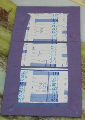 Hier, je vous montrais la boite offerte à Claudine pour son anniversaire. J'ai réalisé une deuxième boite, objet de ce pas-à-pas, pour ma soeur. Liste des fournitures : Calendrier Bristol blanc Papier kraft gommé Colle (j'utilise de la colle à bois) Papier...