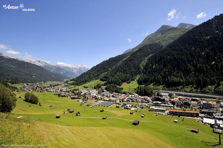 St. Anton am Arlberg im Sommer: blauer Himmel, grüne Wiesen und ein herrliches Bergpanorama. Tirol | Austria