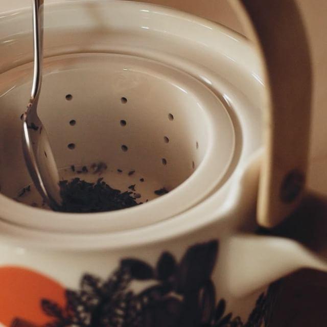Siirtolapuutarha + Oiva = A cup of tea has never tasted so delicious. // Oiva/Siirtolapuutarha tea pot and mug, Oiva tableware // #marimekko #marimekkohome #oiva #siirtolapuutarha // Explore more Oiva tableware: marimekko.com
