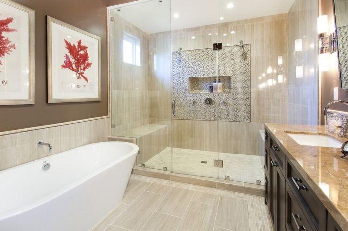 Великолепная ванная с внедрением яркого кораллового цвета в виде картин на стенах.