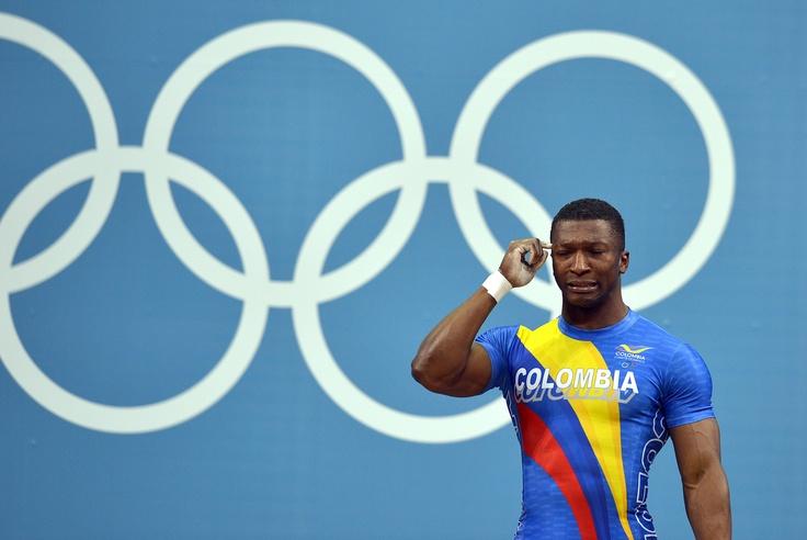 Con lágrimas en sus ojos, Óscar Figueroa levantó en el tercer intento los 177 kg que le valieron el récord olímpico y la medalla de plata en la categoría de 68 kg en levantamiento de pesas. (AFP/VANGUARDIA LIBERAL)