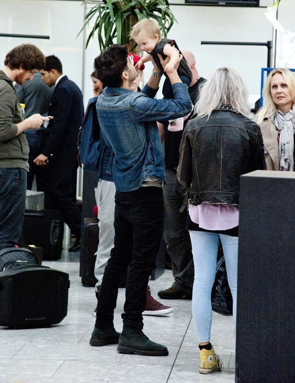 Zayn Malik Plays With A Baby At The Airport