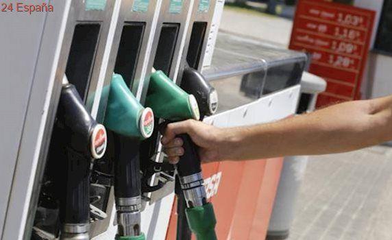 Los carburantes acumulan tres semanas al alza en plena operación salida