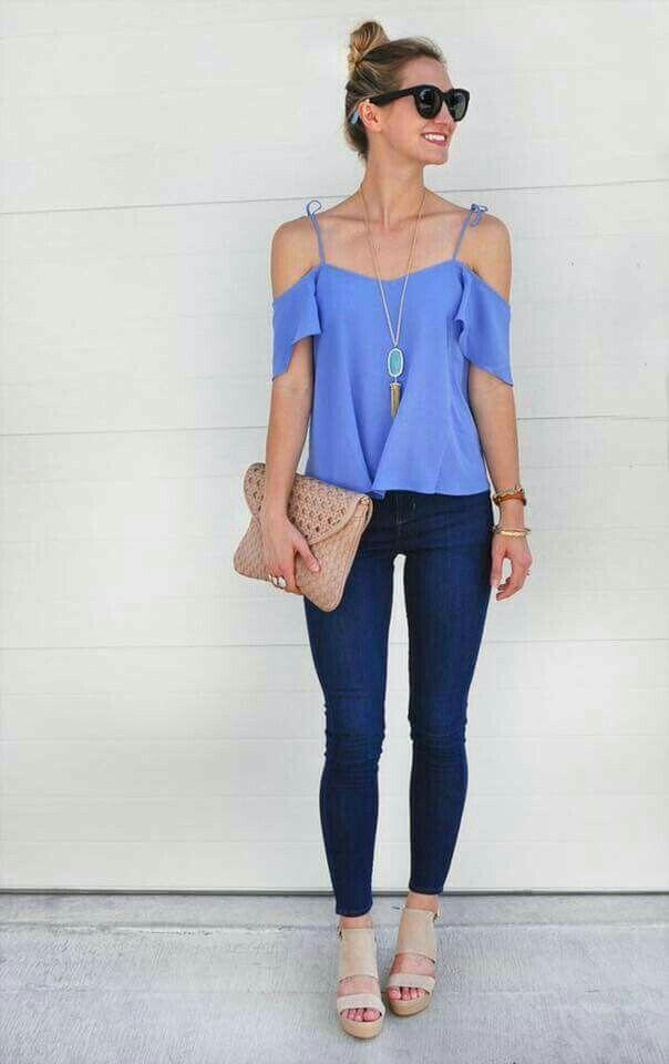 Casual. Linda y fresca.. Blusa shoulder (sin hombros) color azul, jeans oscuros y plataforma beige
