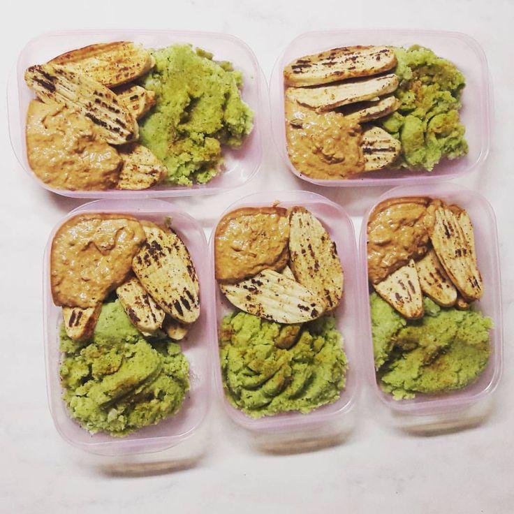 https://www.instagram.com/p/BPiMnf6FshS/ Foodprep! Veckans lunch kommer att bestå av broccoli och blomkålsmos, quornfileer samt paprikasås gjord på kesella. Planering är A och O för en hälsosam livsstil. 346 kalorier, 38gram protein, 26gram kolhydrater och 5gram fett. #muskelfoder #muskelmat #broccolimos #lowcal #kvargsås #vegetariskt #quorn