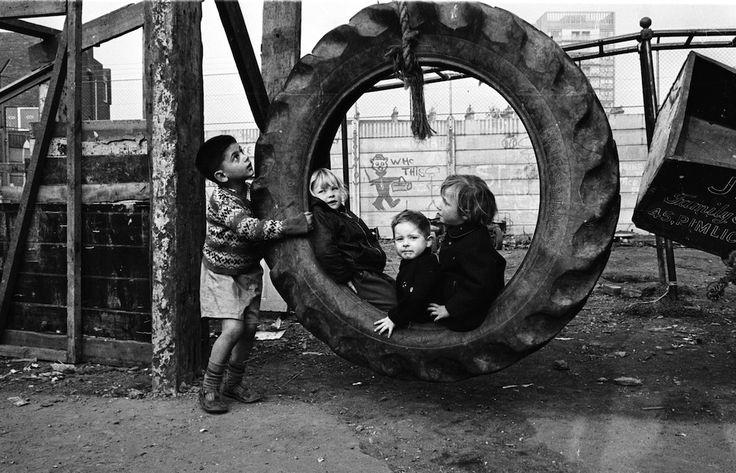Al parco giochi  Bambini giocano in un campo giochi improvvisato, nell'ottobre del 1965, in Regno Unito. (B. Powell/Express/Getty Images)