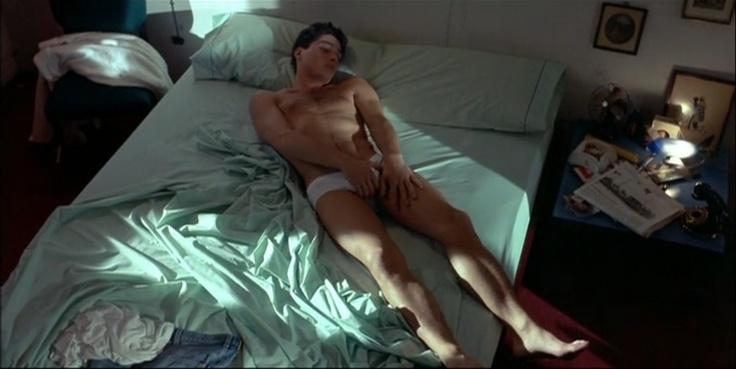 """007 """"Fotograma de La Conspiración del Mejillón, film rodado por Pablo Quintero (Eusebio Poncela)"""" / La Ley del Deseo (1987) / #Almodovar"""