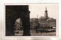 Trutnov náměstí část podloubí auta lidé (900315)