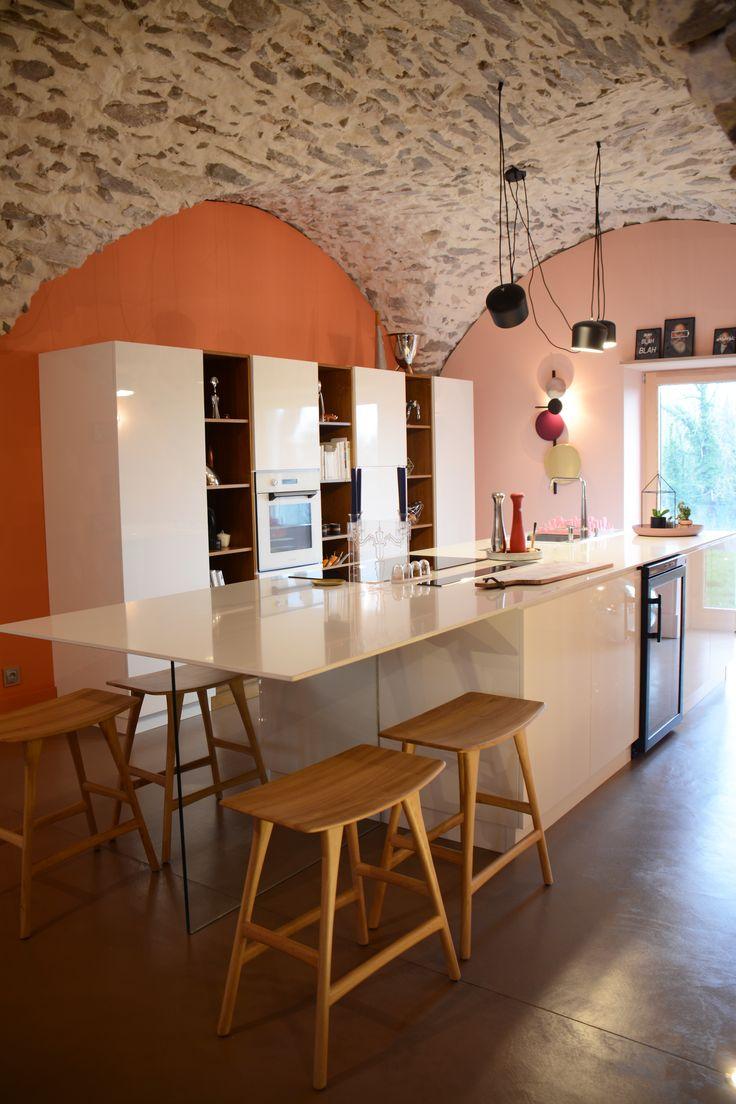 Cuisine blanche laquée avec touches de bois : le plafond est en voûte de pierres. Les murs colorés sont dégradés.