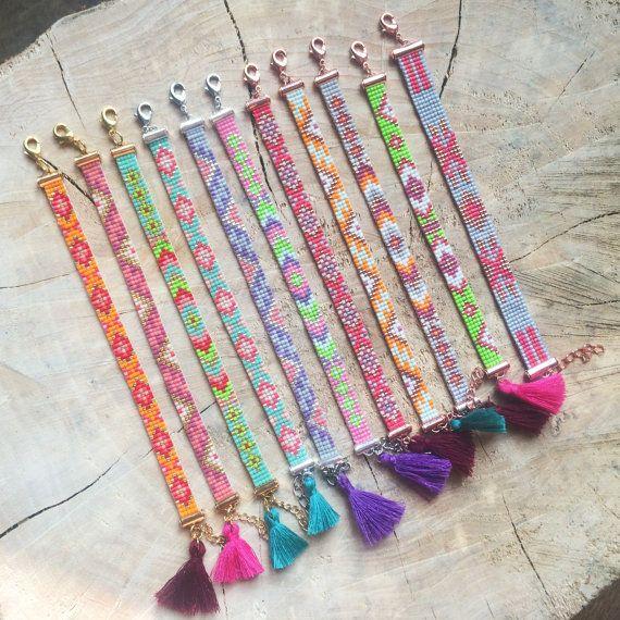 Pulsera de abalorios de semillas con dibujos lindos. Tejidas a mano aquí en Amsterdam. La pulsera consta de cinco filas de perlas de Miyuki y es ajustable en tamaño con la cadena de extensión adjunta. Está rematado con una borla de color.  Esta pulsera boho es ligero y cómodo de llevar. Perfecto para todos los días!  ★ Material: -Granos: Granos de semilla de Delica Miyuki 11/0 -0,16 mm rosca: Nylon C-Lon grano cable -Cierre: Plata 9mm Miyuki diapositiva extremo tubos + corchete de la lan...