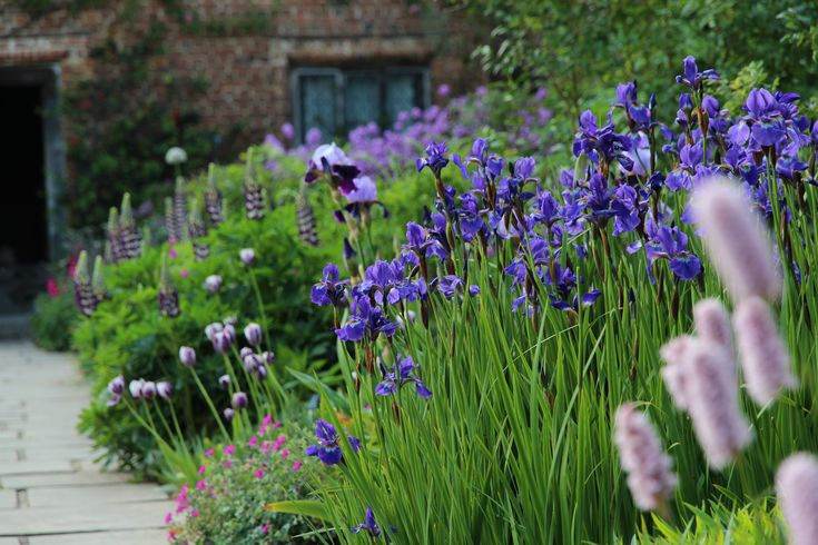 Klassieke bloeiende border in de cottage tuin van Sissinghurst.