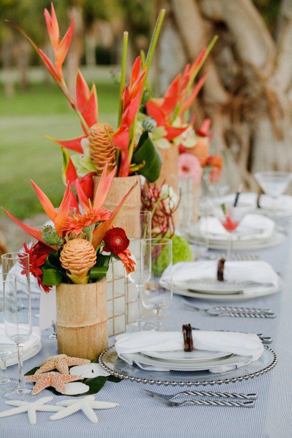 Flores tropicales para una boda veraniega :: Beach party table setting