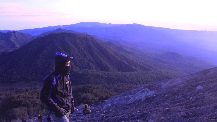 Genap 2 tahun sudah aku menginjakkan kaki di gunung Semeru yang terletak di Jawa Timur tersebut dan merupakan gunung tertinggi di pulau jawa itu, sempat terbesit ingin mengunjungi Semeru lagi suatu saat karena pertama kali aku jatuh hati pada alam bebas dimulai saat aku menginjakkan kakiku di Mahameru, disana aku belajar banyak sesuatu yang tak …