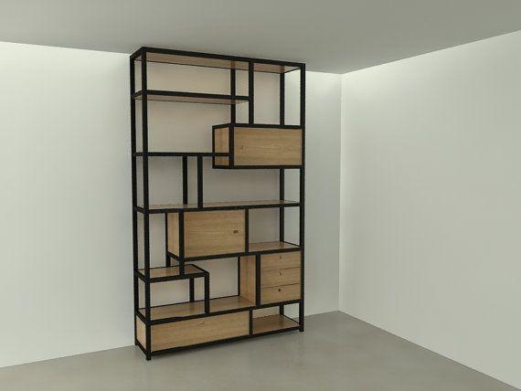 De kast is opgebouwd uit stalen L-profielen die het frame van de kast vormt. In het stalen frame liggen steigerhouten planken met eventueel een uitstraling van een andere houtsoort. Op sommige plekken is een van hout een kastje gemaakt, dat in het frame hangt, met een deurtje of lades. De afmeting van deze kast is 150 x 250 x 40 cm (bxhxd) maar kan desgewenst in andere afmetingen gemaakt worden.  Voor meer informatie: info@joyceflendrie.nl