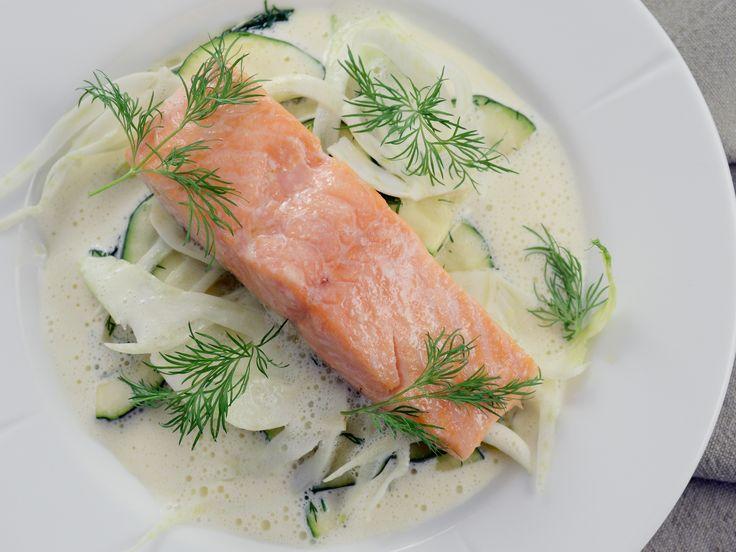 Ugnsbakad lax med vitvinssås, smörslungad zucchini och rå fänkål | Recept från Köket.se