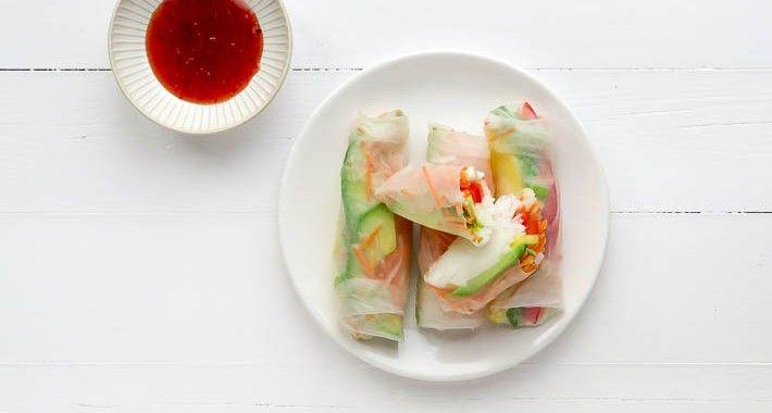 Maak dit leuke gezonde lichte snackje, tussendoortje eens voor de kids of voor je gasten bij de apero! Vietnamese springrolls, ook wel bekend als verse loempia's. Deze keer gingen we voor een vega versie met lekker veel groente en verse mango.