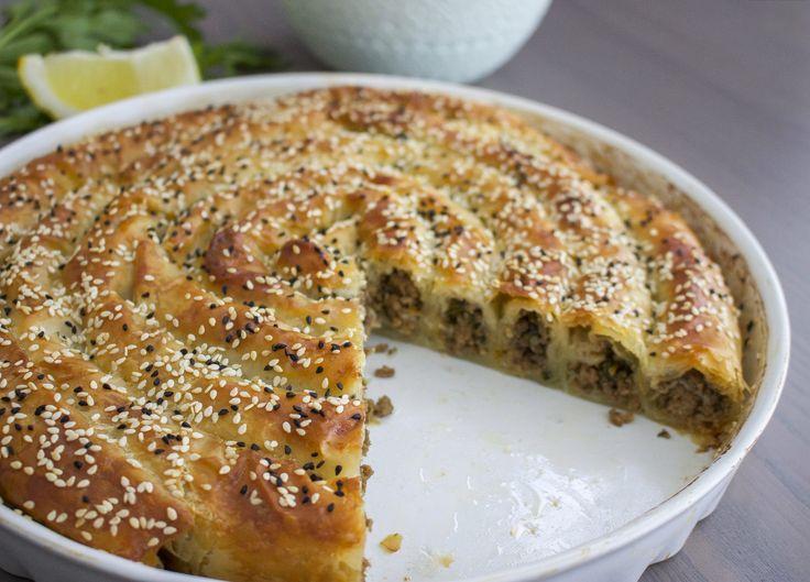 Börek (borek/burek) är en slags paj som kan göras på yufka- eller filodeg. Man hittar många olika varianter på börek i Turkiet och även i Balkanländerna. Den kan variera i både form och vilken typ av fyllning man har i. Det mest klassiska är dock köttfärsfyllning eller spenat med fetaost. Recept på börek med spenat och fetaost hittar du HÄR! Börek kan serveras som en hel rätt med sallad och tsatsiki, som ett gott tillbehör på buffén, till soppan eller som en lyxig frukost. Fantastiskt va...