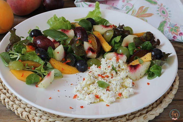 Hoy lunes vamos con una ensalada. Otra con fruta, me encantan!!, la receta pedía otras frutas y yo puse las que tenía por casa, quedó muy ...