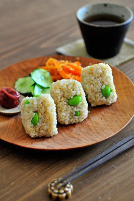 Japanese Summer Lunch Meals: Edamame-Beans Mixed Onigiri (Japanese Rice Balls), Cucumber Salad, Carrot Slaw|玄米と枝豆のおにぎり