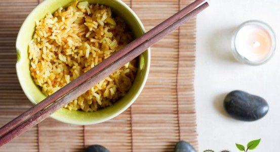 Se avete fame e non avete tempo, il riso al curry è una ricetta velocissima e semplicissima da mangiare da sola o da accompagnare a delle verdure saltate!