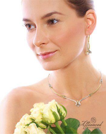 A nyakék és a hozzá tartozó fülbevaló a finoman elegáns megjelenést hivatott biztosítani. Fehér és sárga színű arany ötvözetek, és szikrázó gyémántok alkotják az összeállítást.