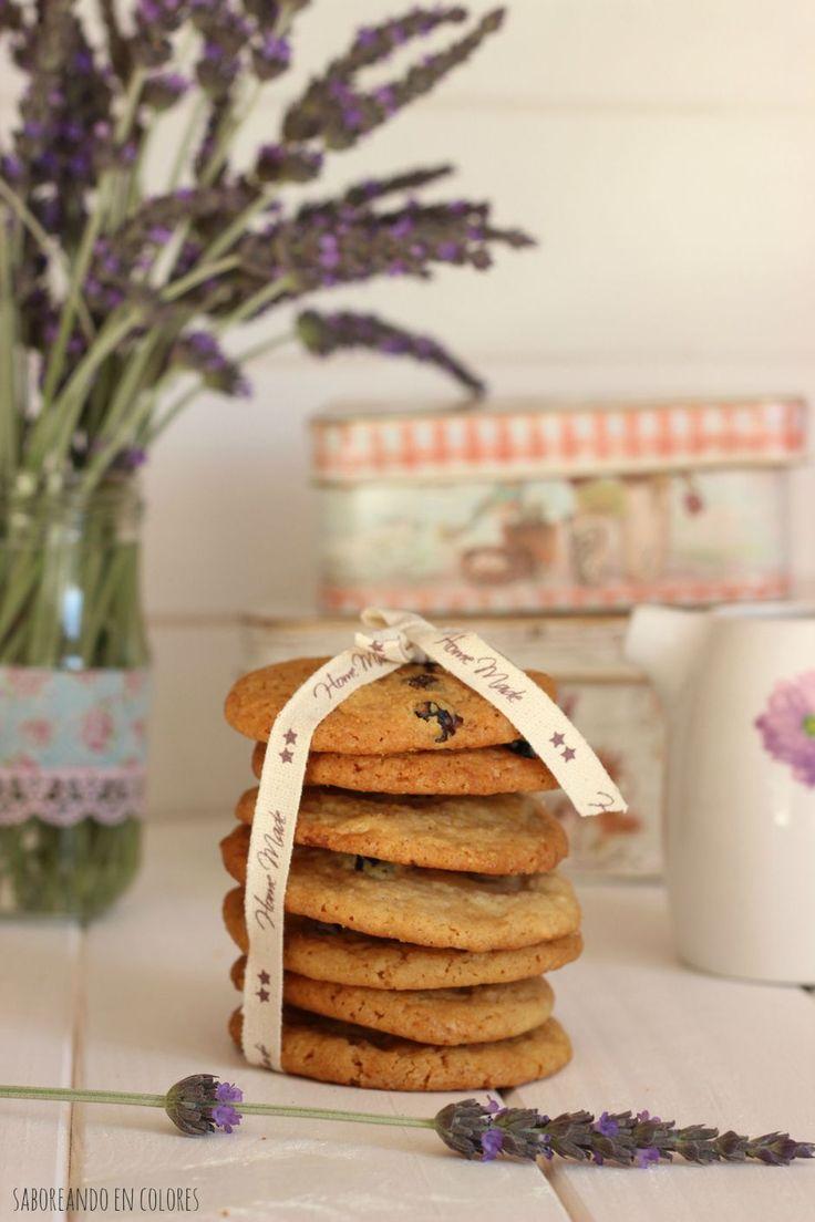 Unas galletas con chocolate blanco y arándanos super tiernas y deliciosas. No podrás comer sólo una...